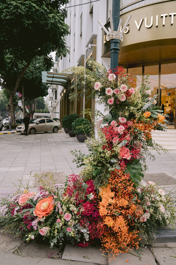 Một cột đèn trước khách sạn Metropole  khoác áo mới dệt bằng những thảm hoa tươi. Tập đoàn Ecopark, đơn vị thực hiện hoạt động trang trí này cho biết, ý tưởng biến cột điện thành cột hoa xuất phát từ mong muốn đưa thiên nhiên vào phố thị. Khi có thiên nhiên chạm vào, những thứ mờ nhạt, đơn điệu như cây cột điện, biển chỉ đường cũng trở nên xinh đẹp, có giá trị, vị này chia sẻ.