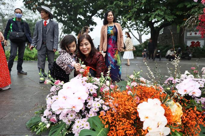Nhiều em nhỏ cũng tỏ ra thích thú khi lần đầu thấy cột đènnở hoa. Ảnh: Ngọc Thành.