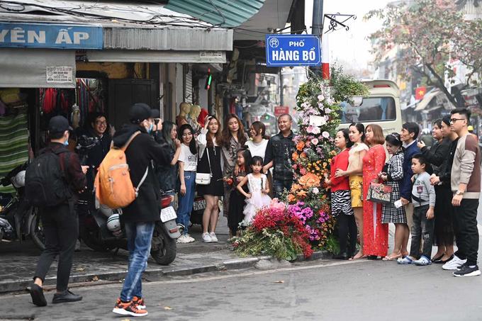 Ngoài những cây cột đèn, biển chỉ đường cũng được trang trí bằng hoa tươi. Nhiều gia đình bị thu hút bởi vẻ mới lạ, lần đầu xuất hiện trên đường phố Hà Nội. Khu trung tâm Hà Nội như khoác màu áo mới. Những bông hoa biến những cây cột điện, biển chỉ đường vốn nhàm chán trở nên độc đáo. Từ sáng, cả nhà tôi đã háo hức ra chụp ảnh, anh Nguyễn Trung Tín - cư dân sinh sống trên phố Hàng Bồ chia sẻ.