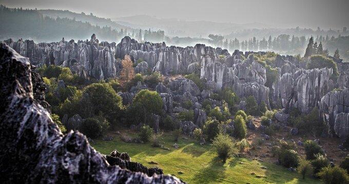 Rừng đá Shillin cách Côn Minh, thủ phủ tỉnh Vân Nam, khoảng 120 km. Ban đầu nó là đáy của một vùng biển lớn. Nước dần cạn đi, để lộ ra những núi đá vôi khổng lồ. Sự xói mòn của gió và nước tạo nên những hình thù ấn tượng cho các khối đá. Ảnh: Misadventure Magazine