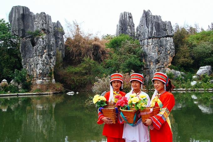 Hàng năm vào ngày 24/6, người Sani tổ chức Lễ hội đốt đuốc hàng năm trong khu rừng để tưởng nhớ Ashima trong truyền thuyết. Lễ hội có các màn đấu vật, đấu bò và các màn múa truyền thống. Ảnh: Globetrotcat