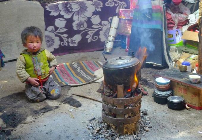 Bếp đun bằng phân bò yak trong một căn lều truyền thống tại Tây Tạng. Ảnh: Qingyang Xiao