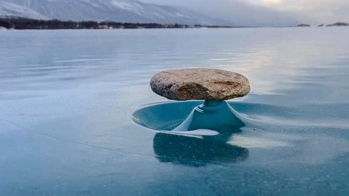 Nói một cách đơn giản, Baikal Zen là hiện tượng những viên đá phẳng nằm trên những tảng băng mỏng, cao hơn mặt hồ vài cm. Ảnh: Explorers web
