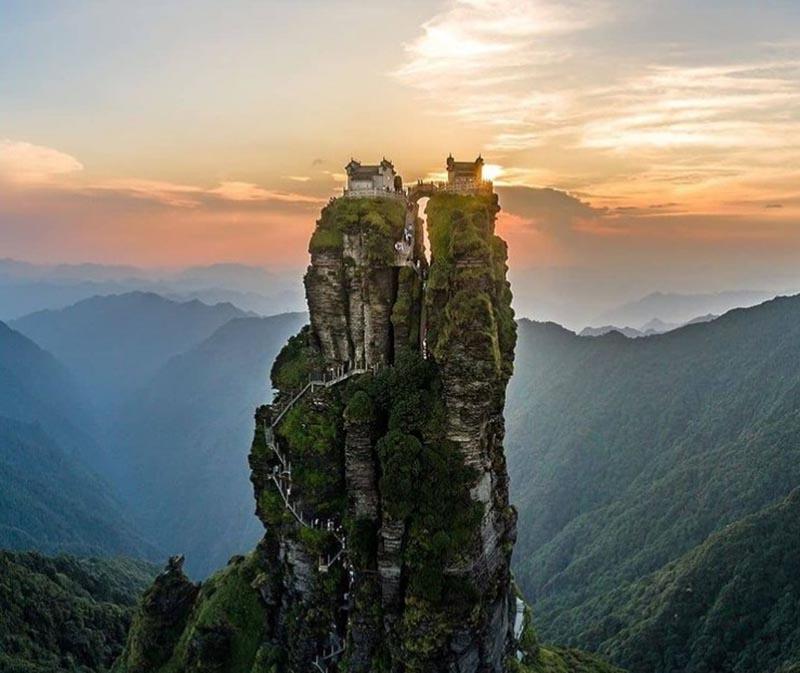 Ngôi đền đôi tuyệt đẹp trên đỉnh núi thánh, du khách phải leo 8000 bậc thang - 1