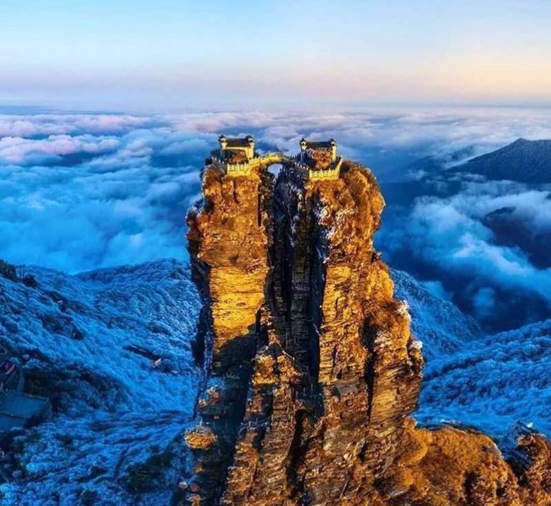 Ngôi đền đôi tuyệt đẹp trên đỉnh núi thánh, du khách phải leo 8000 bậc thang - 2