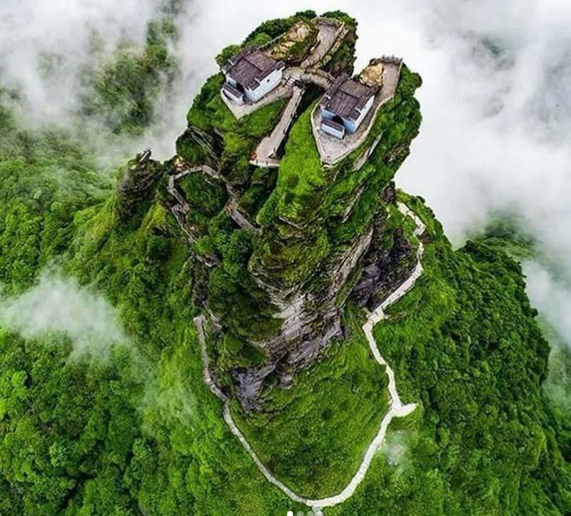 Ngôi đền đôi tuyệt đẹp trên đỉnh núi thánh, du khách phải leo 8000 bậc thang - 4