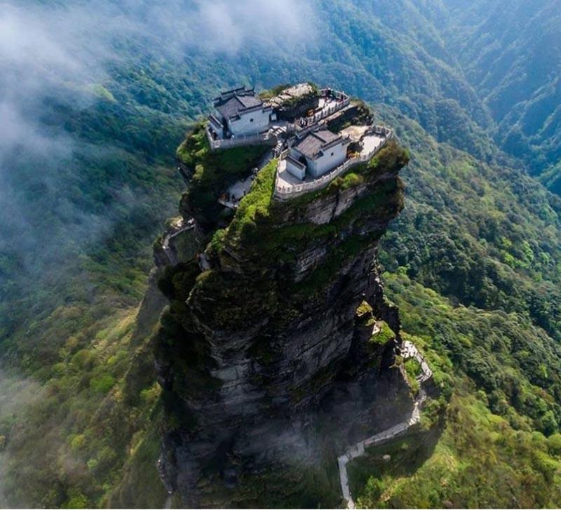 Ngôi đền đôi tuyệt đẹp trên đỉnh núi thánh, du khách phải leo 8000 bậc thang - 3