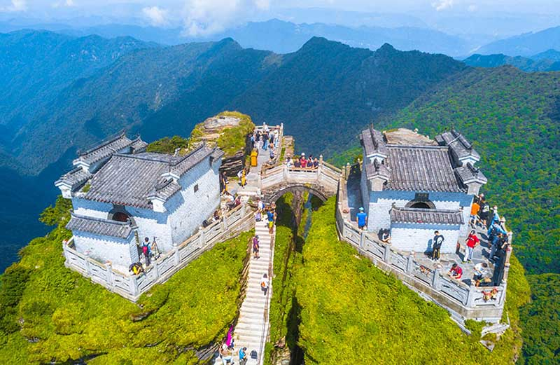 Ngôi đền đôi tuyệt đẹp trên đỉnh núi thánh, du khách phải leo 8000 bậc thang - 6