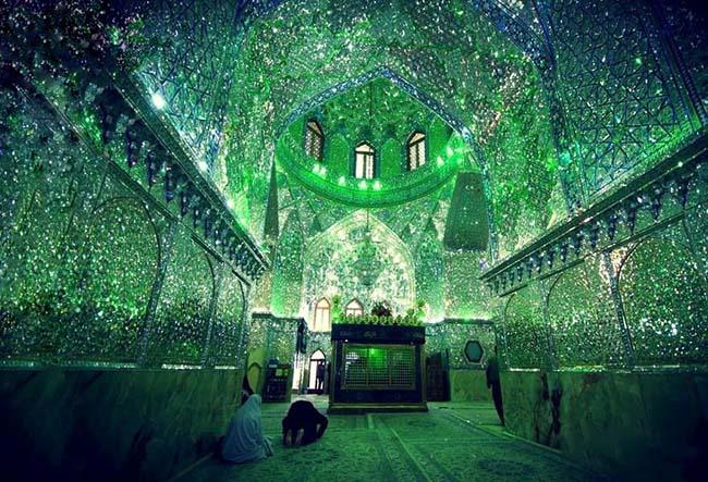 Choáng ngợp trước ánh sáng màu nhiệm của ngôi đền chứa mộ cổ bên trong - 2