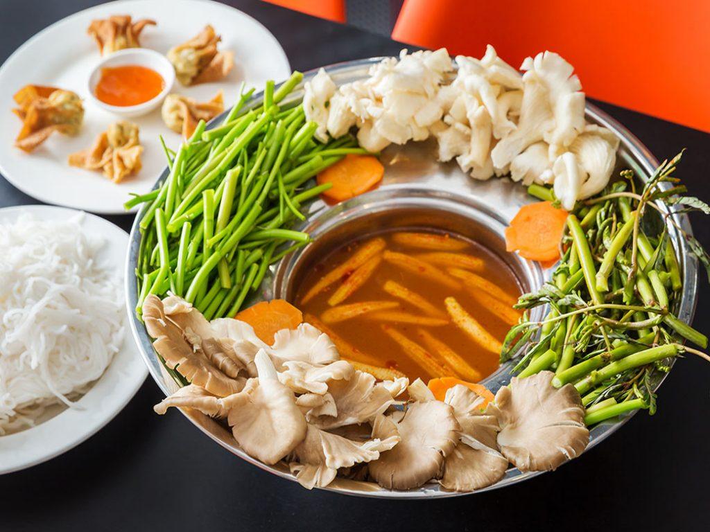 Món chay đem lại cho bạn những bữa ăn thanh đạm nhưng vẫn đầy đủ chất mà còn tốt cho sức khỏe nữa. Cùng tham khảo những nhà hàng chay ngon ở TP.HCM nhé.