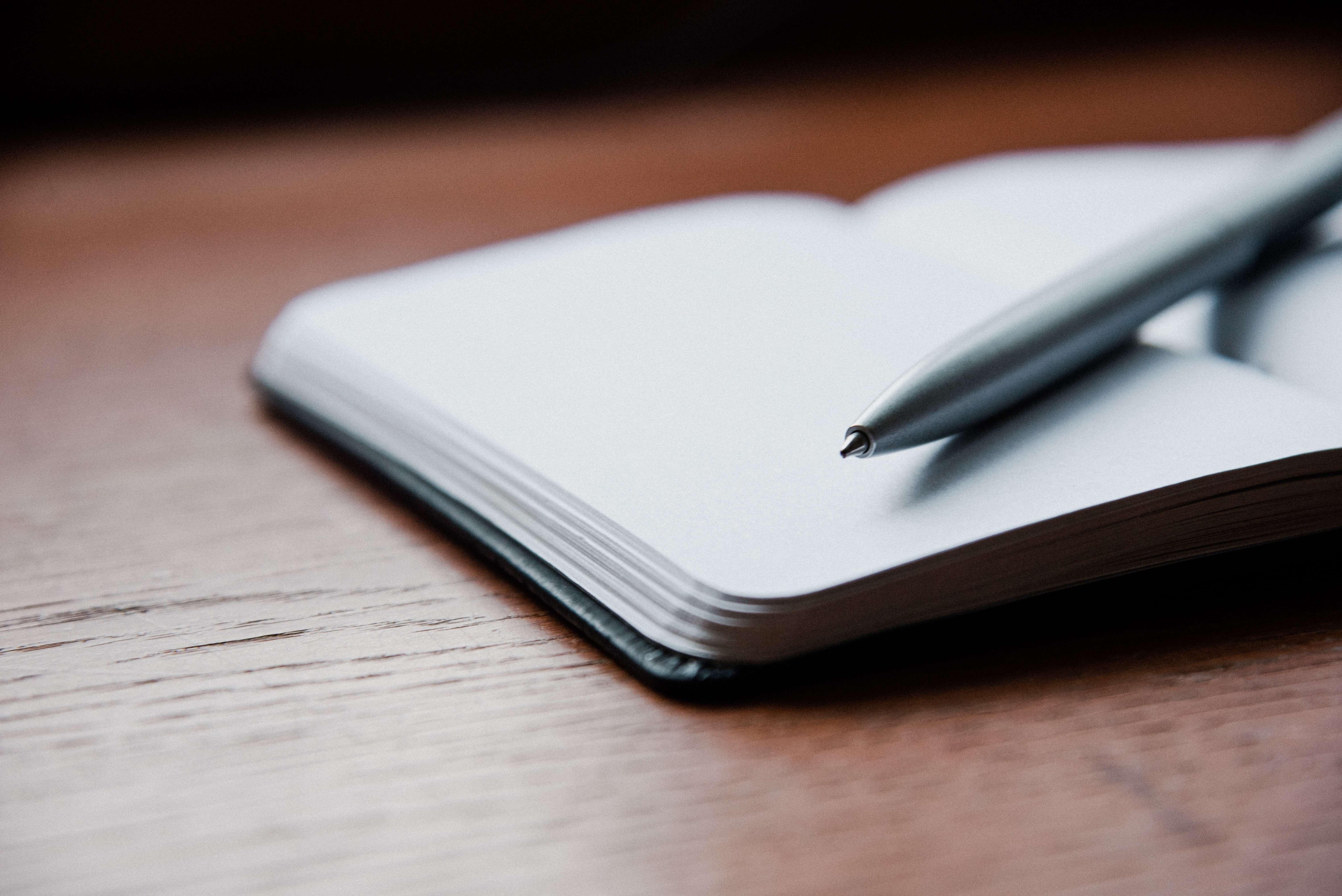 Dzienni treningowy i długopis leżą na stole