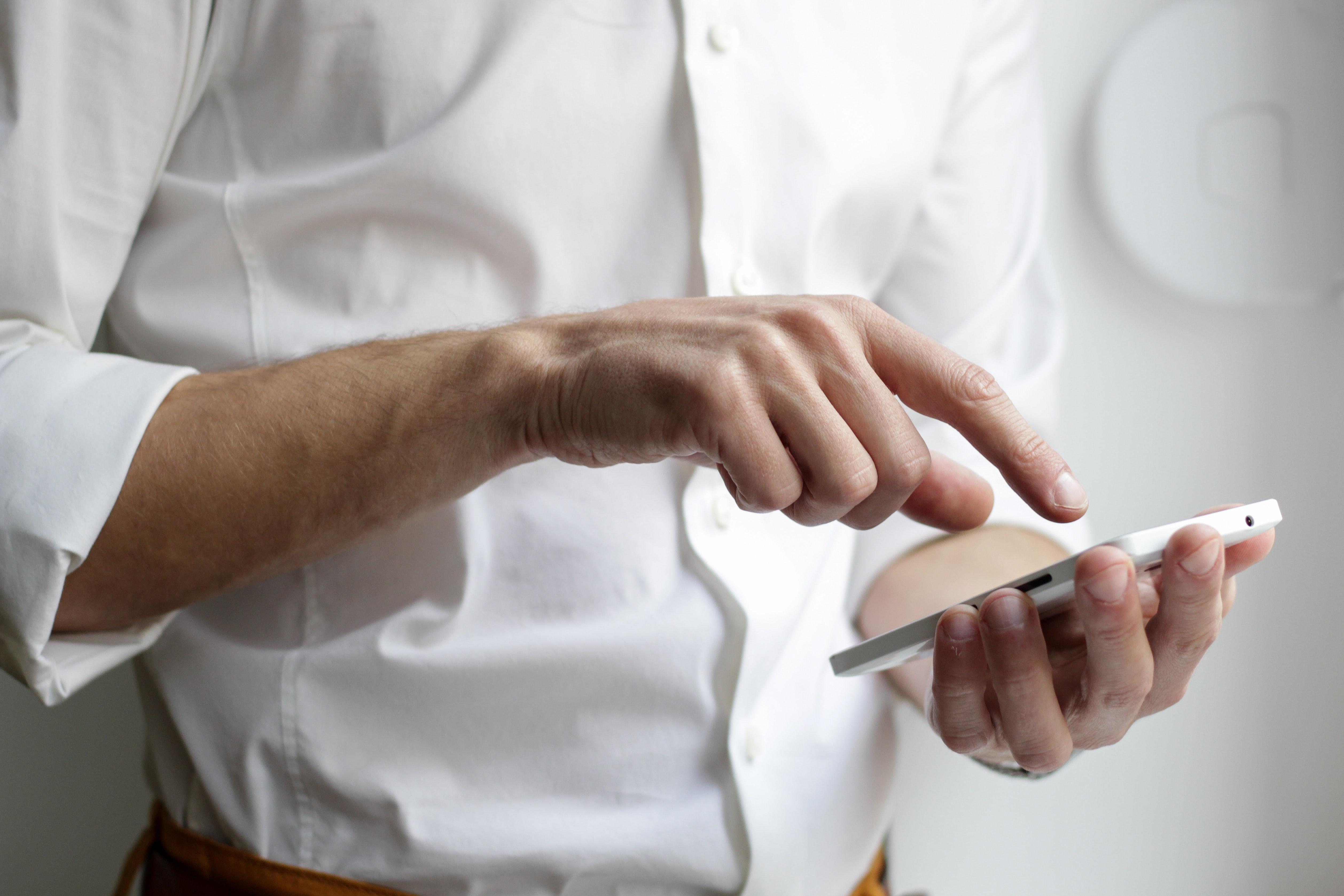 Un homme avec un smartphone