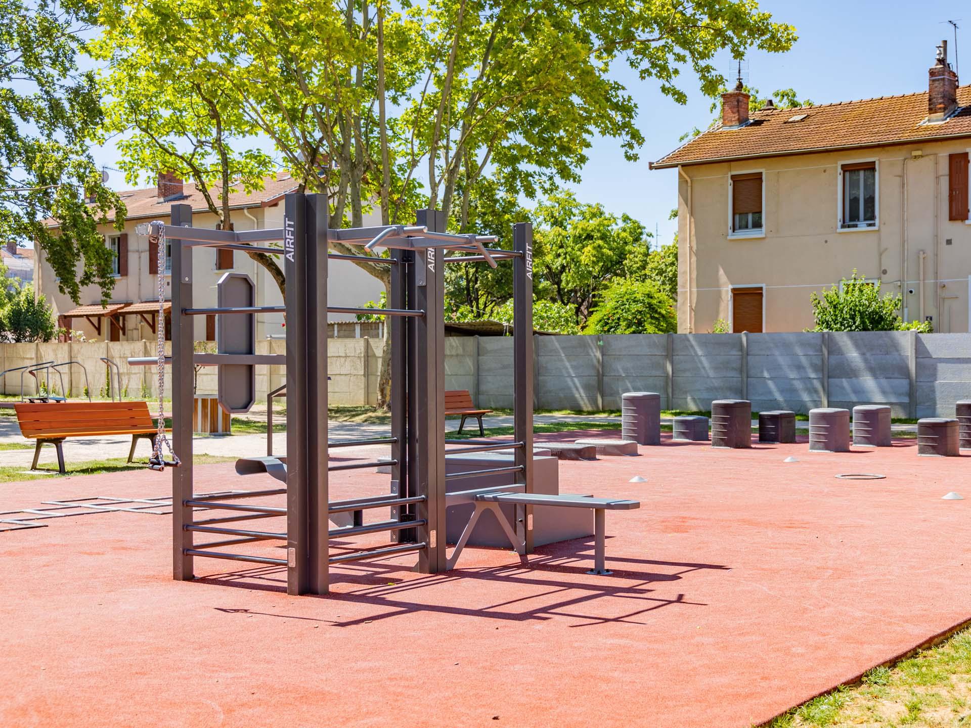 https://www.leprogres.fr/culture-loisirs/2020/08/17/une-aire-de-fitness-connectee-prend-ses-quartiers-a-la-cite-berliet