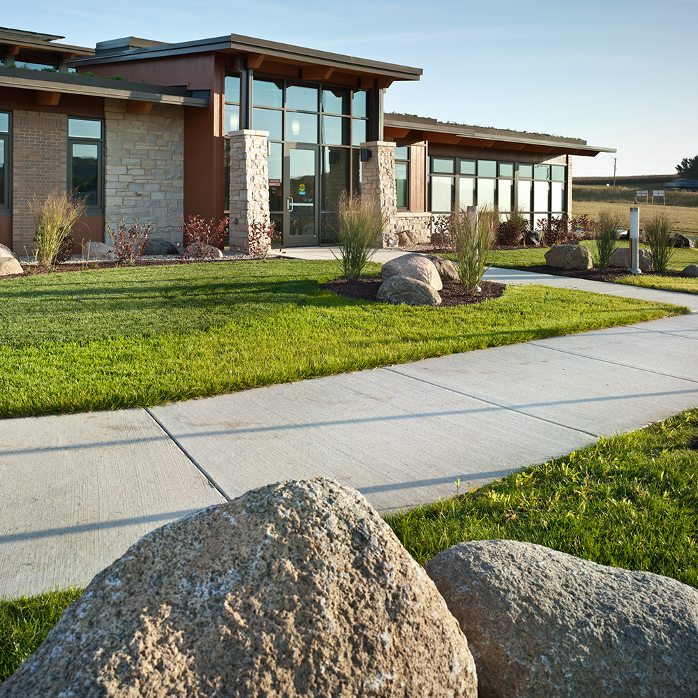 Integrated bioretention and raingarden areas highlight the challenging topographic changes as they wind through the site's major circulation pathways.