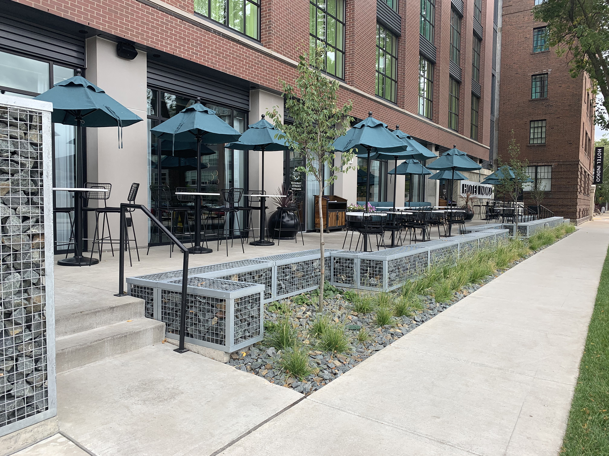 True to the Hotel Indigo brand, the project drew inspiration from the eclectic neighborhood and has become a vibrant reflection of the community itself. The outdoor amenity spaces draw from the industrial character of the corridor with an intentional selection of playful colors and materials.