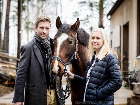 Kuva Pentti Raiskista ja Katariina Rautialasta hevosen kanssa