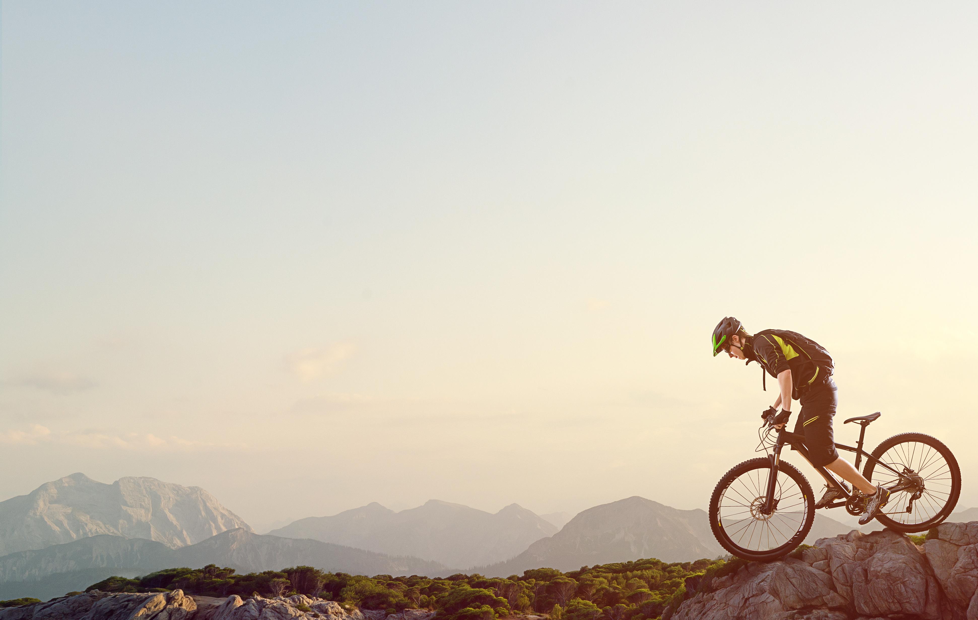 Mountainbiker in schöner Landschaft