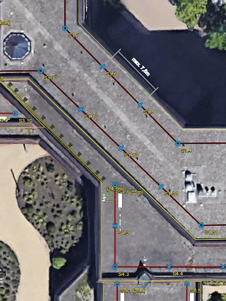 Screenshot aus einer mit Draw erzeugten PDF, auf der das Luftbild von einem Dach mit den eingezeichneten Absturzsicherungslösungen zu sehen sind.