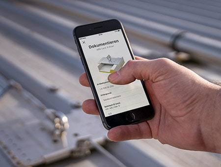 Smartphone in der Hand der Handwerker*in zeigt eine Ansicht der neuen Datamatrix Scanfunktion von Lock Book Docu