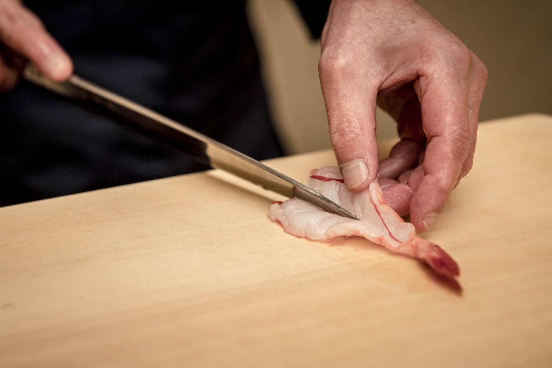 Chef préparant une crevette