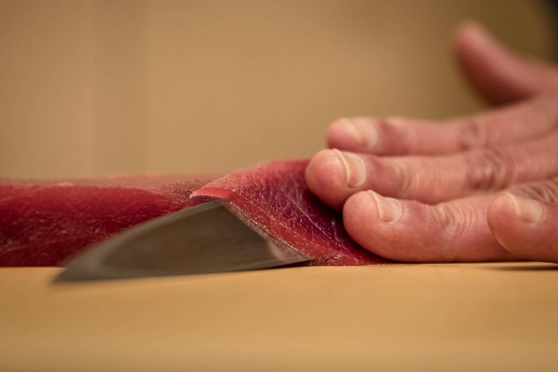 Chef découpant du thon