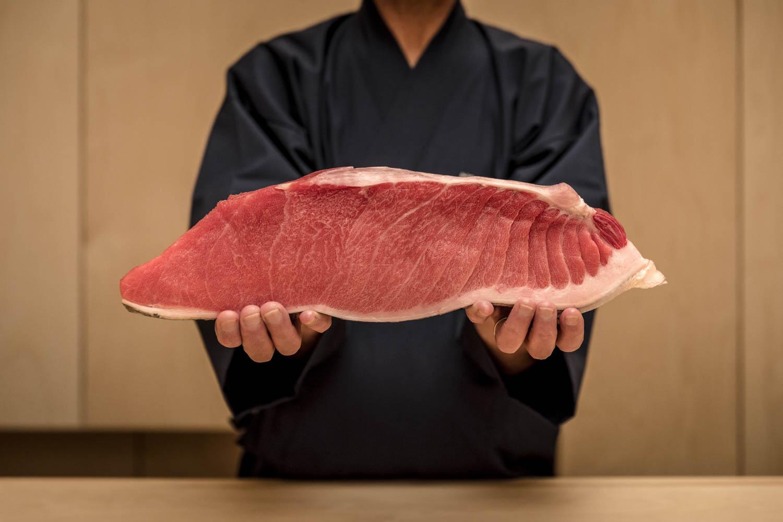 Chef présentant une coupe de poisson