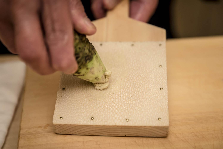 Chef préparant de la pâte wasabi