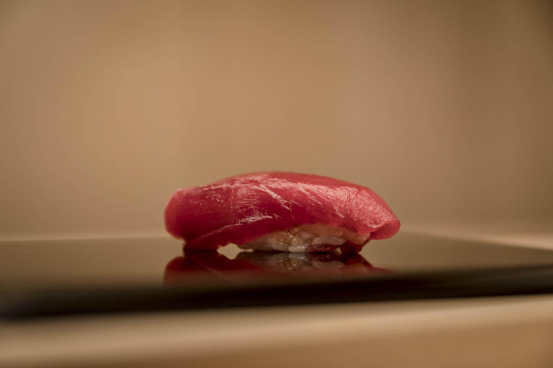 Sushi présenté sur une assiette