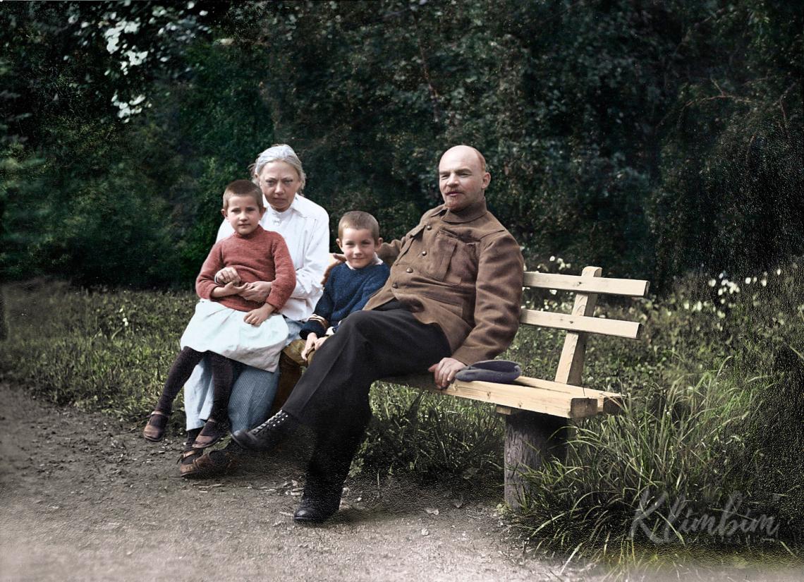 Vladimir-Lenin-and-his-wife-Nadezhda-Gorki-Russia-1922.jpg