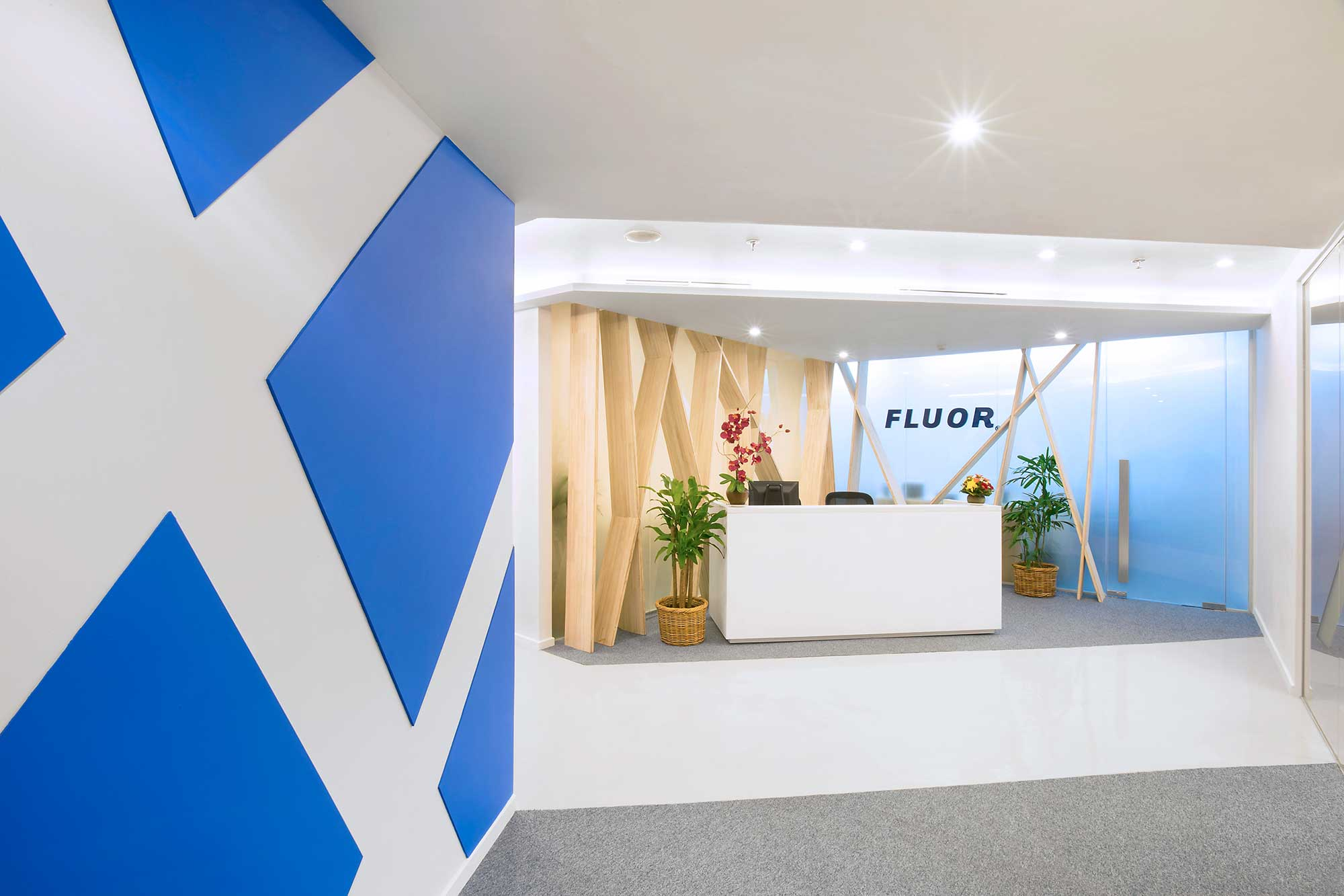 Reception of Fluor's office. Interior Design + Build by AVIP.