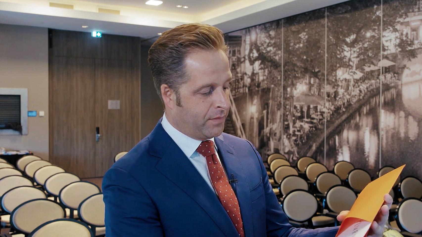 Hugo de Jonge tijdens HR Zorg Award waar Pluryn een prijs won met de campagne carriereswitcher