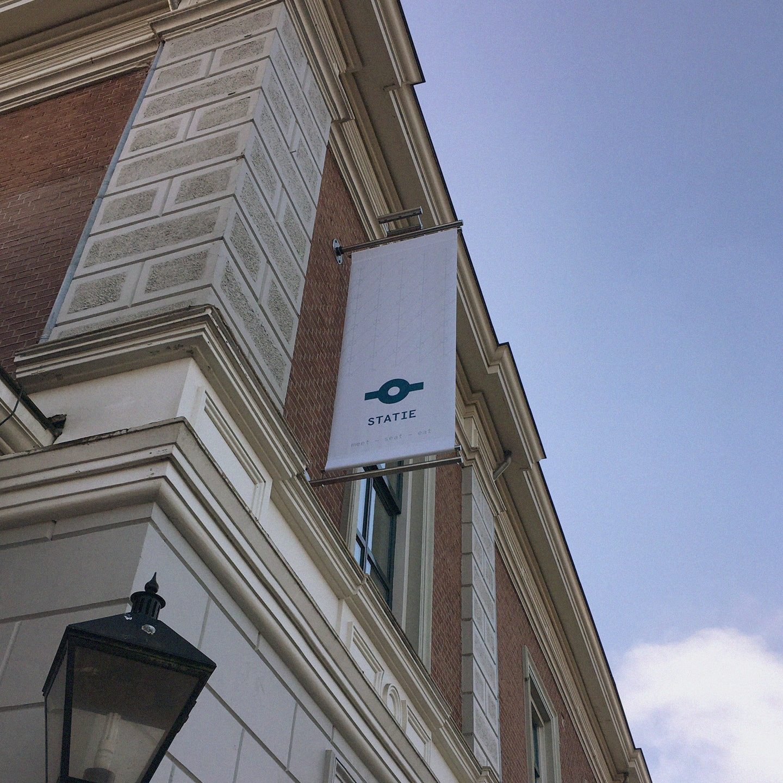 Logo als signing op voorgevel van het voormalig station Apeldoorn locatie Statie