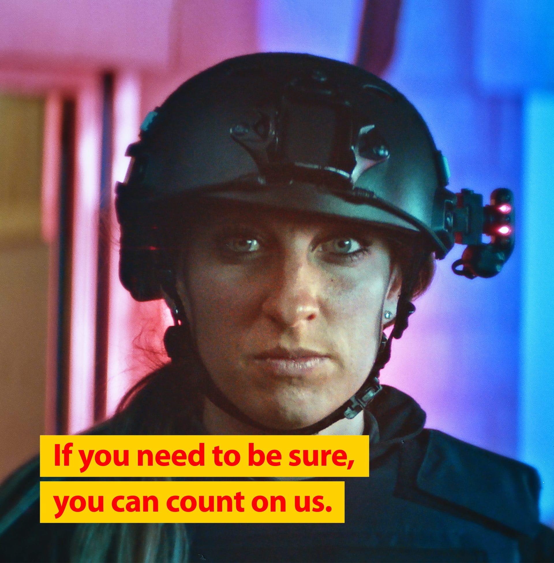 Display advertising SWAT politieagent als onderdeel van campagne Safety & Life protection van Teijin Aramid