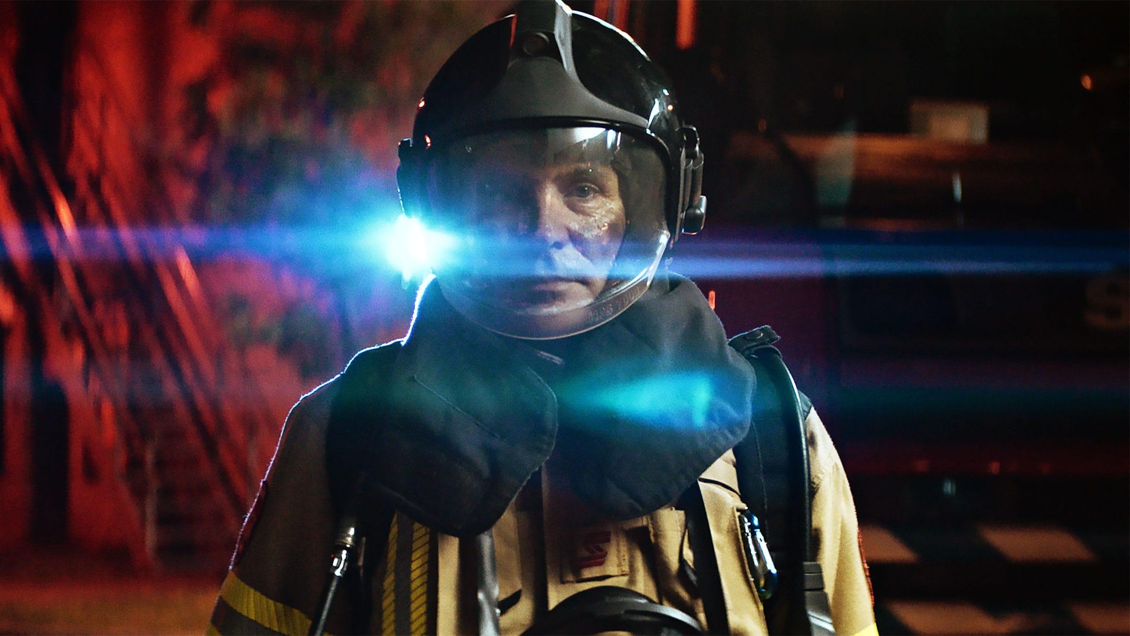 Brandweerman tijdens filmopname in hittebestendige kleding voor campagne Safety & Life protection van Teijin Aramid