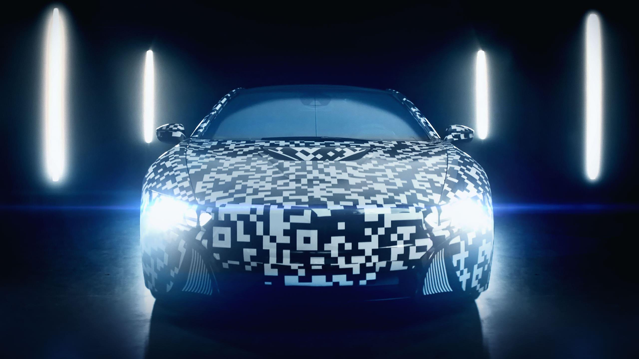 Prototype elektrische auto met camouflage in hangar voor film campagne Automotive