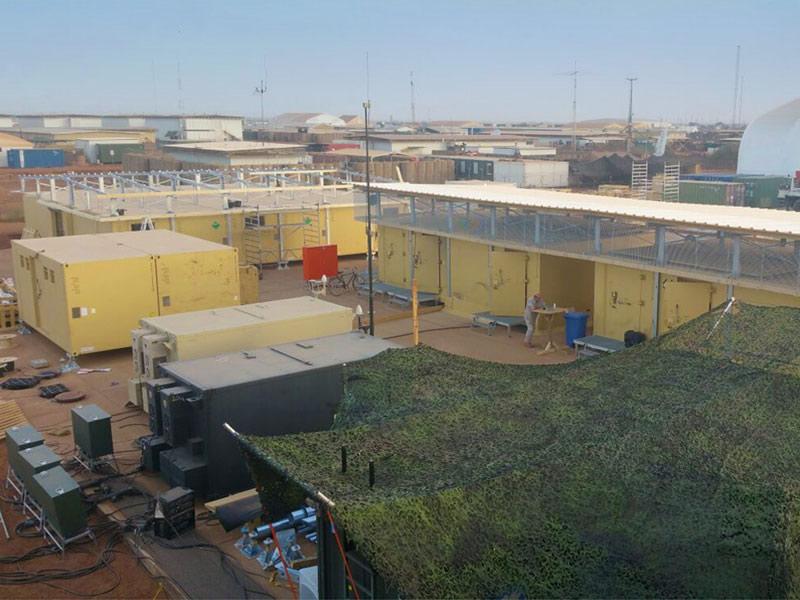 Bürogebäude (hinhen) und Gefechtsstandscontainer (Mitte) für die Heron-Mission in Gao, Mali.
