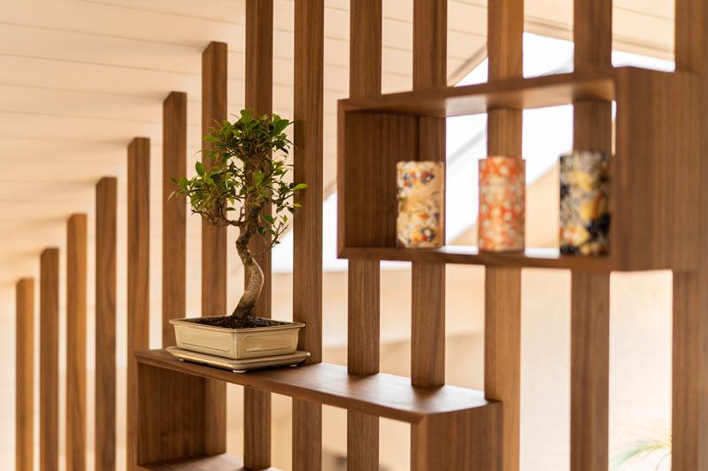 Un bonsaï et trois vases japonais décorent la pièce avec le coin tatami. Photo: Stevan Bukvic