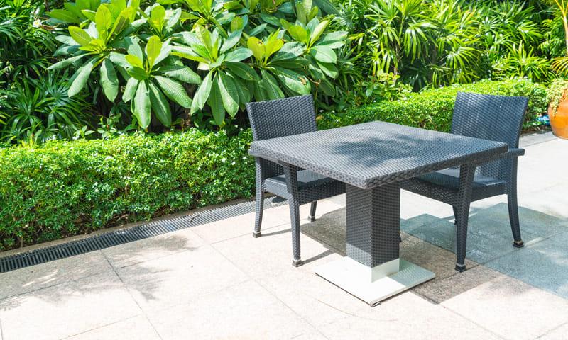 Les meubles d'extérieur en plastique ont besoin de moins de protection