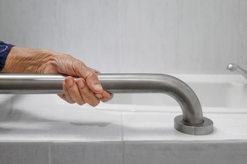 Vieillir chez soi: des barres d'appui fixes permettent aux personnes âgées de monter et de descendre plus facilement