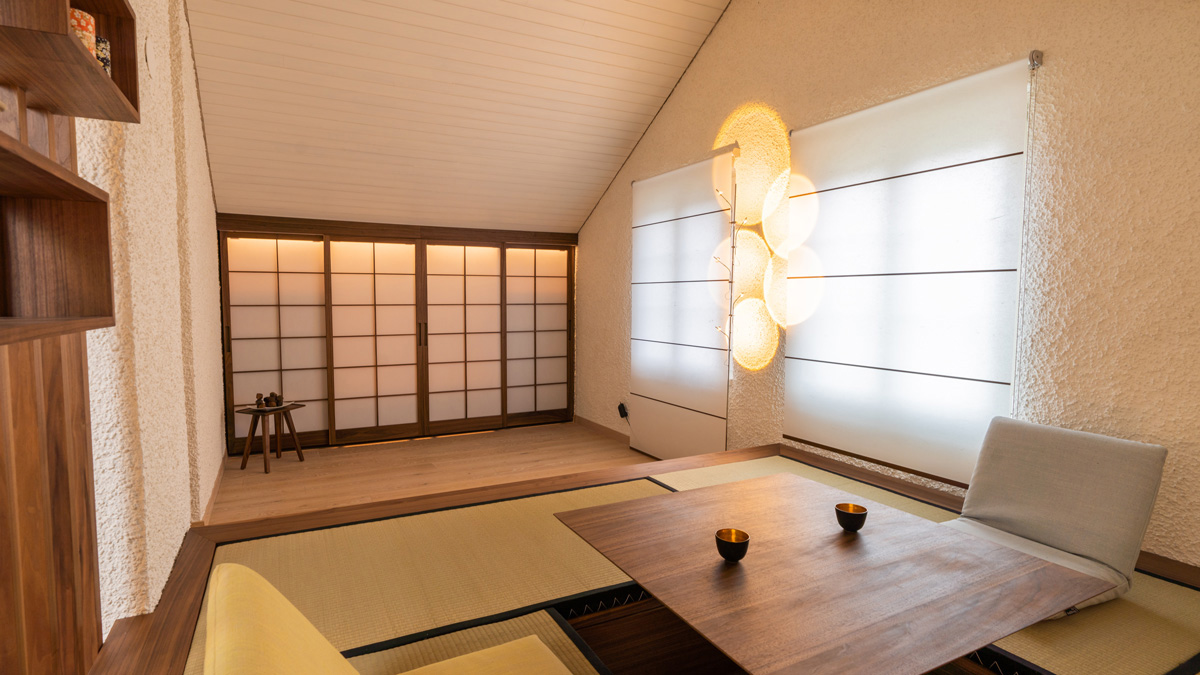 Le coin tatami avec la table escamotable, en arrière-plan les armoires encastrées avec portes coulissantes Shoji. Photo: Stevan Bukvic