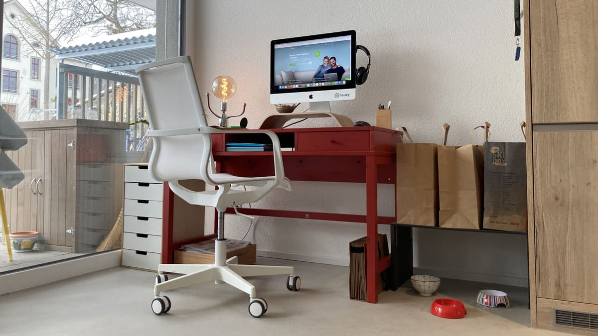 Si possible, installez votre bureau de télétravail dans une pièce séparée. Vous êtes tranquille, pouvez mieux vous concentrer et personne ne vous dérange.