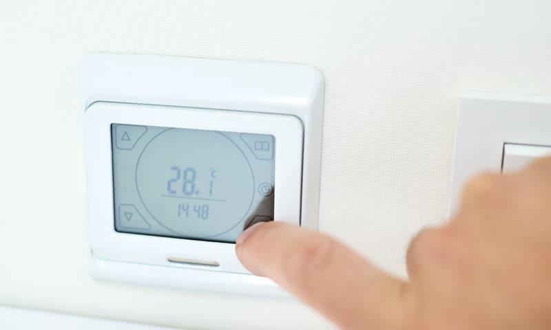 Smart Home: un thermostat intelligent régule la température automatiquement.