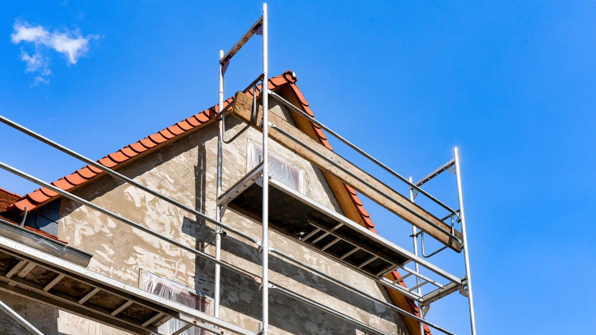 Rénover la façade: maison avec échafaudage