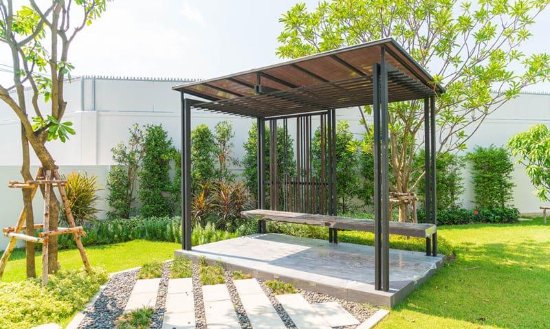 Protection solaire pavillon dans le jardin