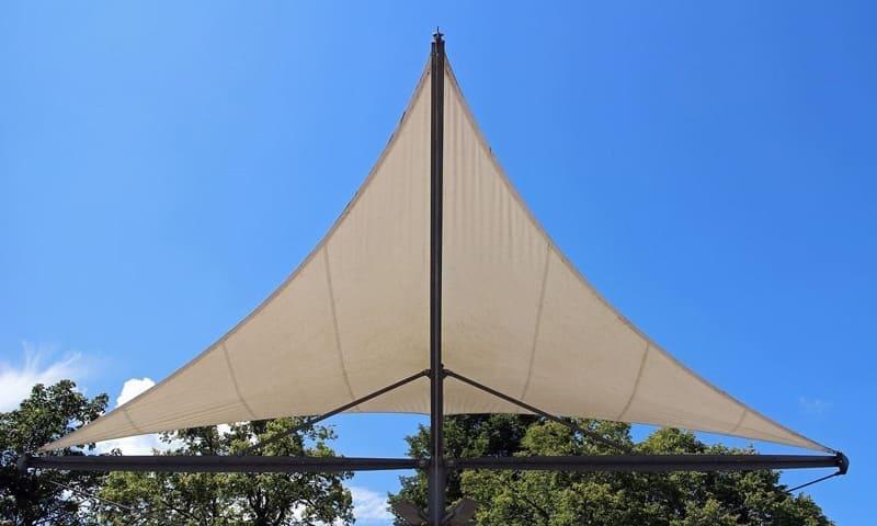 Protection solaire avec voile d'ombrage