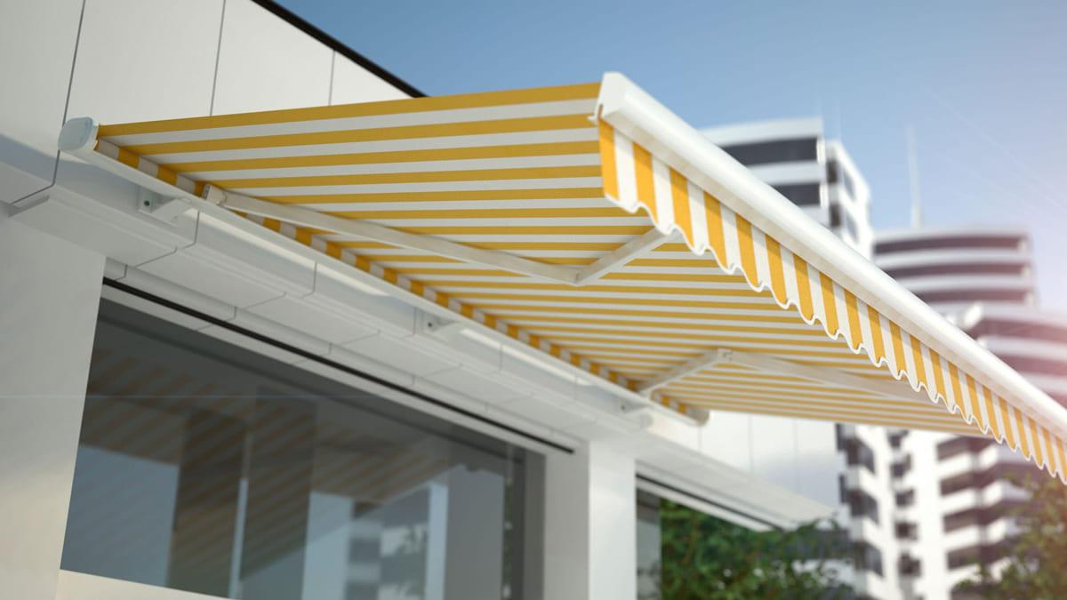 Un store bannes ombrage le balcon, le patio ou la terrasse.