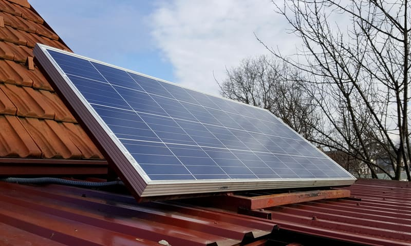 Le système solaire sur le toit produit de l'électricité, la batterie de stockage la stocke.