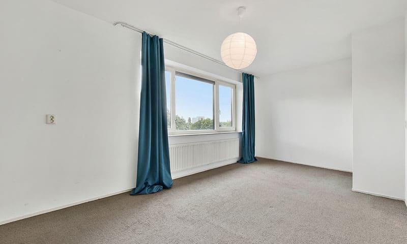 Pose du sol : moquette dans une chambre.