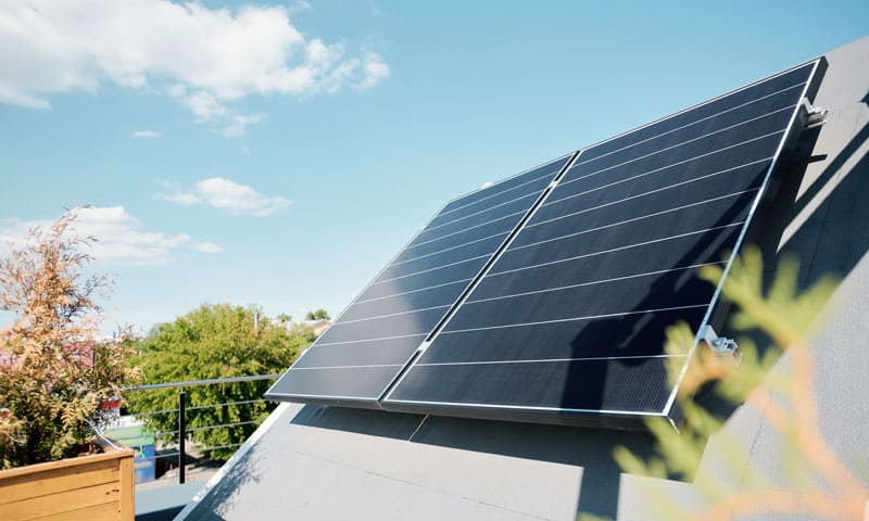 Efficacité énergétique : modules solaires sur un toit