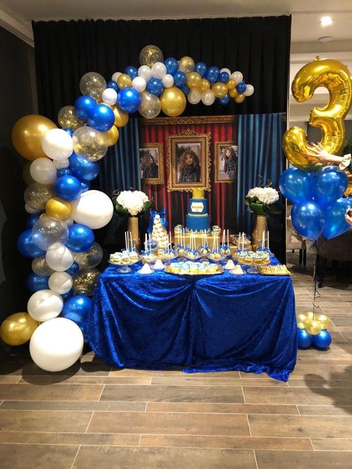 Balloncreatie met blauwe, witte en goudgele ballonnen.
